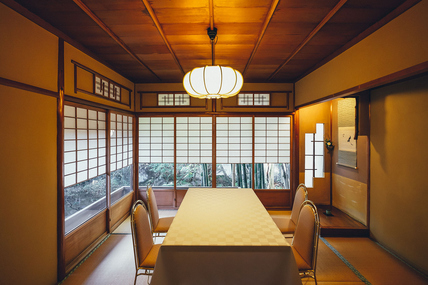 Tatami Room Making Use of Bamboo and Round Pillars